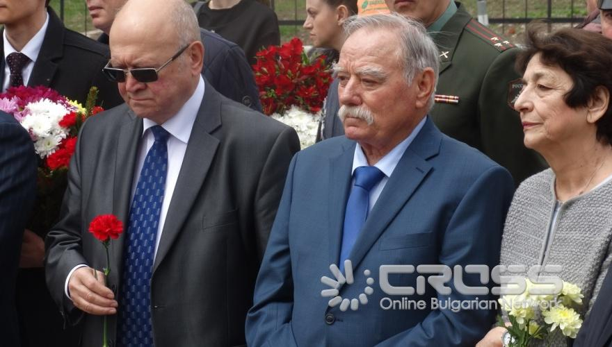Отбелязване на Деня на космонавтиката пред паметника на Юрий Гагарин в Банкя