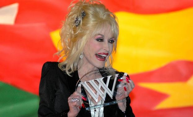 """Доли Партън получи наградата за личност на годината на фондацията   """"Мюзикеърс"""""""