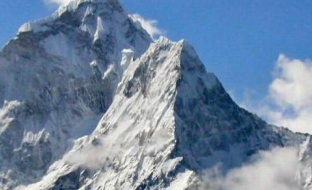 В петък още двама алпинисти са загинали под връх Еверест.