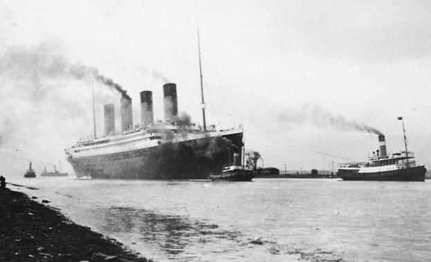 Презокеанският лайнер Титаник потъва по време на първия си трансатлантически