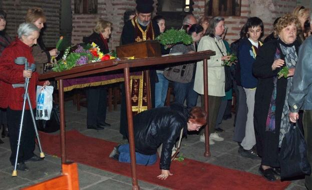 Стотици миряни ще спазят християнската традиция на Разпети петък. В
