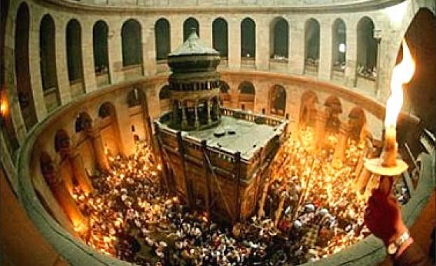 В 14:17 часа българско време снизходи Благодатният огън в Йерусалим!