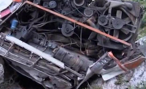 15 души загинаха, след като автобус с ученици се сблъска