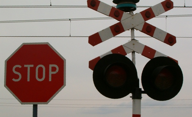 Влак е блъснал таксиметров автомобил на железопътен прелез край Кочериново,