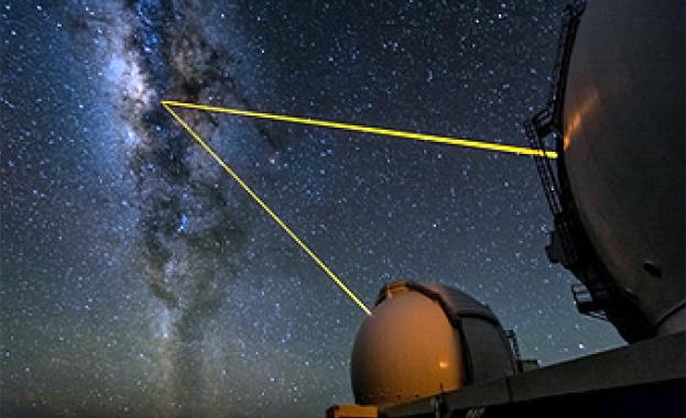 Светлината, идваща от звезда, орбитираща около масивната черна дупка в