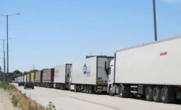 Проблемът с блокираните български тирове на турската граница продължава