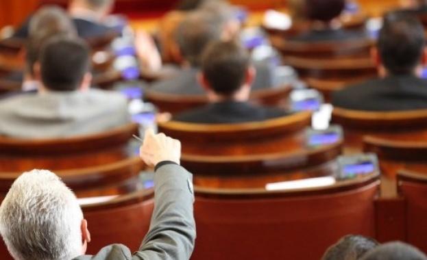 """От втори опит парламентът започна работа със 125 народни представители, """"Воля"""" осигури кворума"""