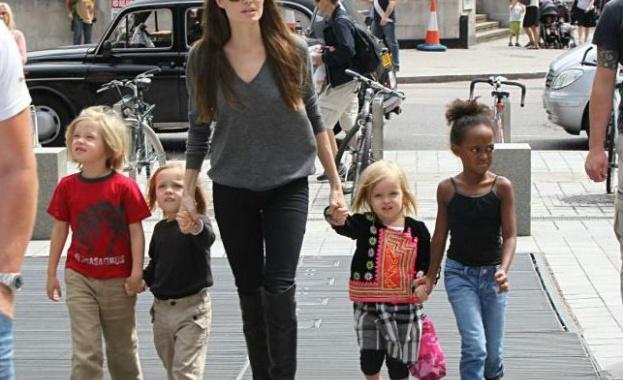 Документите за осиновяването на Мадокс от Джоли са били подправени