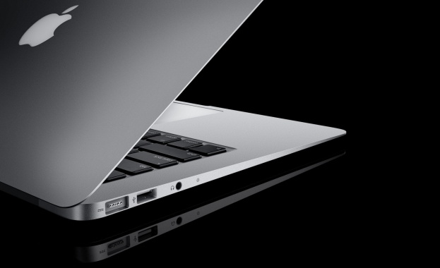 """Снимка: САЩ забраняват модел лаптоп на """"Apple"""" в самолети заради опасност от пожар"""