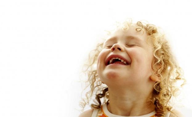Смехът е слънцето, което пропъжда зимата от лицето на човек.