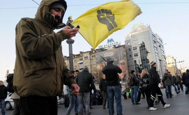 """""""Ранобудните"""" протестираха срещу увеличението на депутатските заплати"""