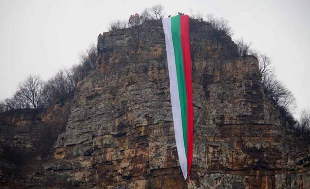 В Бов опънаха 80 м. знаме в чест на 3 март