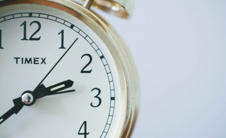 Смяната на часовото време: полезна но не и сега