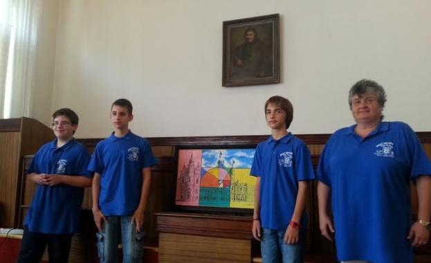 """Фонд """"Математика на бъдещето"""" пожела успех на отбора по МГ """"Баба Тонка"""" с математическа картина"""