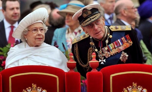Британската кралица Елизабет Втора и съпругът й принц Филип почетоха