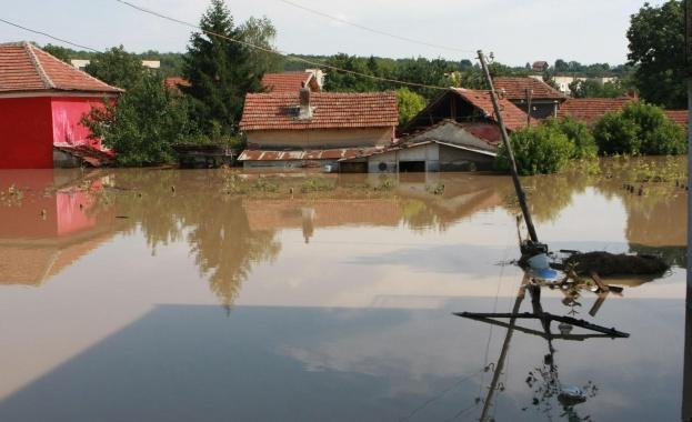 Наводнения заплашват над 500 района в страната