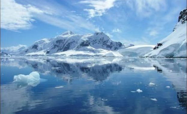 Откриха гигантска загадъчна дупка на Антарктида