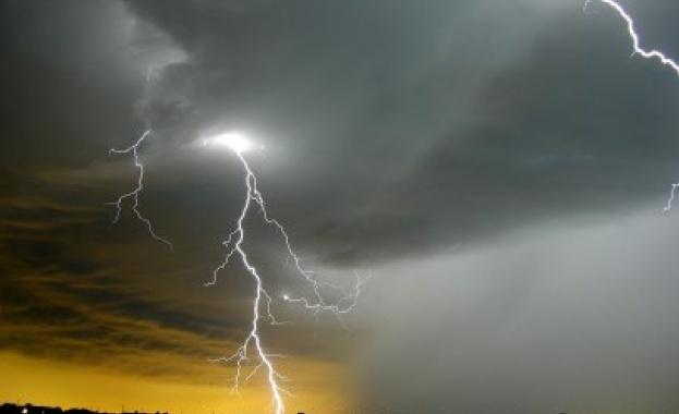 Гръмотевични бури и опасност от градушки следобед