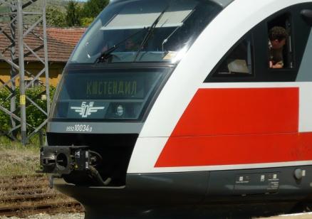 Мъж почина, след като беше намушкан във влак