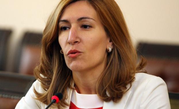 Ангелкова: Застраховките на туроператорите покриват само щетите за туристите
