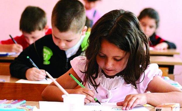 В цялата страна учителите преструктурират учебния материал, за да няма пропуснати уроци