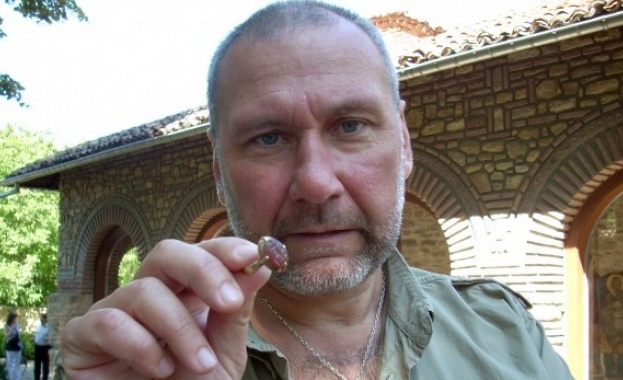 Професор ли е Николай Овчаров?