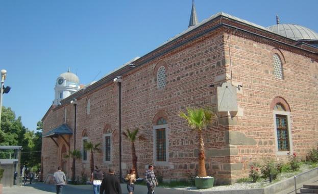 Библиотека с книги, дарени от всички общности в Пловдив, ще