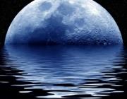 Синя луна напълни плажовете