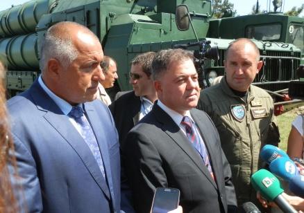"""Министърът на отбраната не приема оставката на директора на Служба """"Военна информация"""""""