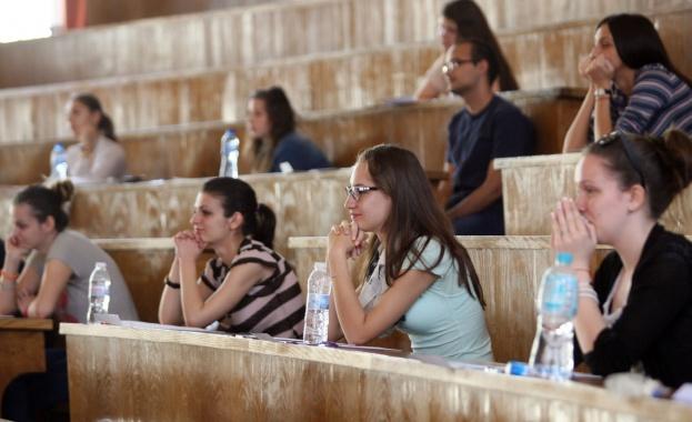 С изпит по химия продължава втората кандидатстудентска сесия на Софийския