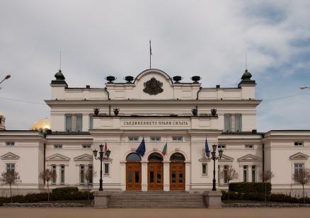 Парламентът задължи министър Петкова да не признава вина по делото срещу БЕХ