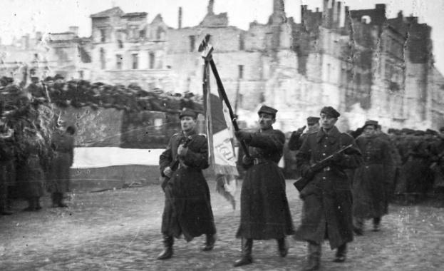 Резултат с изображение за Червената армия влиза във Варшава.