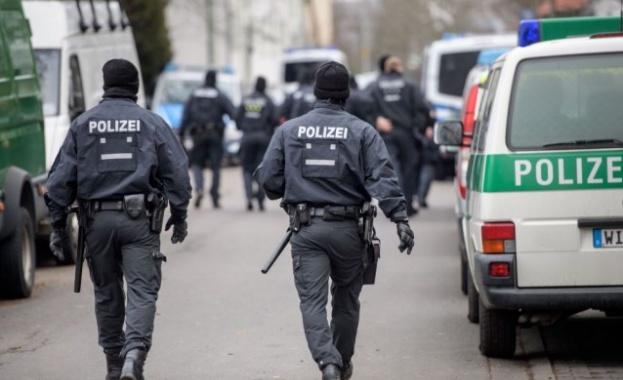 """Полицията в Холандия заплаши да """"съблича"""