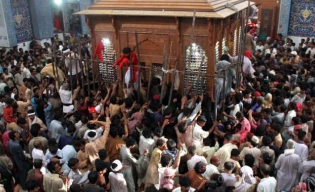Над 70 души са убити, а стотици ранени, при кървава атака в Пакистан