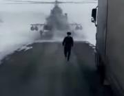 Военен пилот приземи хеликоптер на шосе, помоли да го упътят (видео)