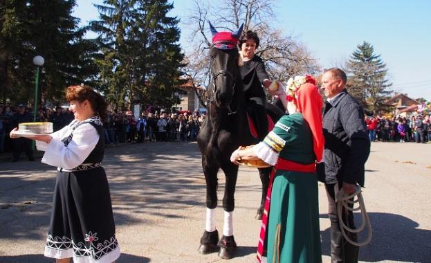 Нинова към Борисов: Отново ли ще унижите родината ни за потупване по рамото?