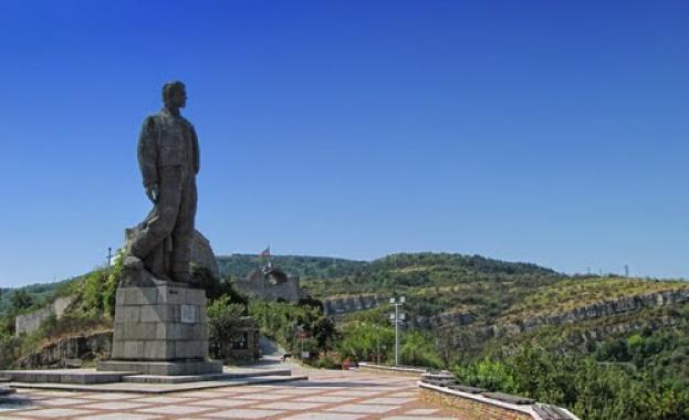 Реконструират най-големия паметник на Апостола