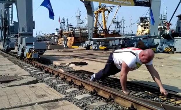Руският тежкоатлет Иван Савкин премести 312-тонен пристанищен кран