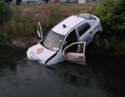 Патрулка падна в канал заради абитурентки