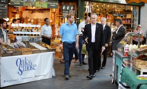 """Принц Хари посети отворения пазар в Лондон """"Бороу маркет"""""""