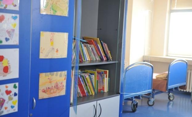 """Театър """"Българска армия"""" зарадва с книги малките пациенти във ВМА"""
