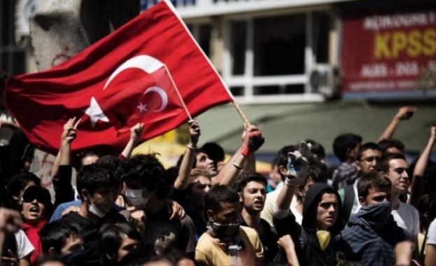 Няколко хиляди турски протестиращи шестваха в столицата Анкара срещу 25-годишна