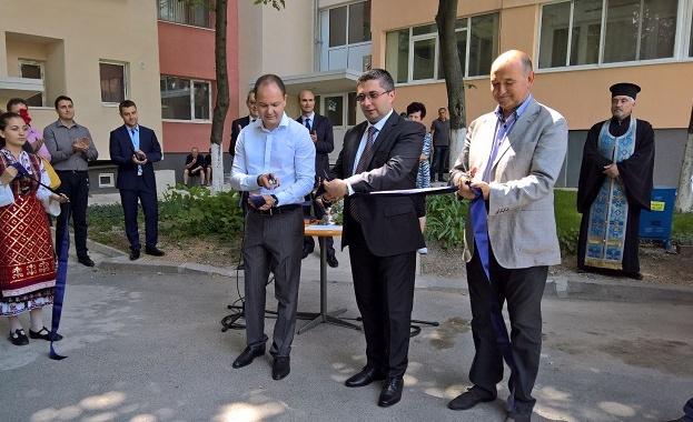 Министър Николай Нанков откри реновирания блок 5 в ямболския ж.к.