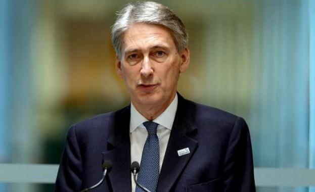 """Британският финансов министър Филип Хамънд чертае планове за """"мек Брекзит"""