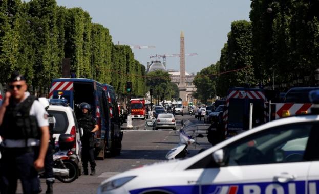 """Кола се вряза в микробус на френската жандармерия насред """"Шанз-Елизе"""