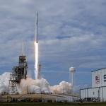 """Изстреляха ракета на """"Спейс Екс"""" с микроспътници за високоскоростен интернет"""