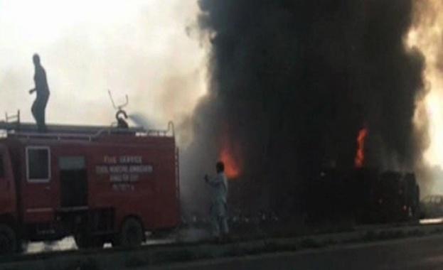 Най-малко 100 души са загинали, след като камион, превозващ петрол,