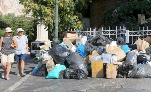 Тонове боклуци има по улиците в Гърция, а високите температури