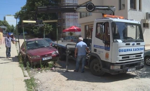 Снимка: Стари и изоставени автомобили отидоха за скрап в Хасково