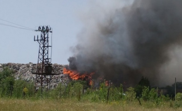 "Пожар гори на сметището на Ихтиман, край автомагистрала ""Тракия"